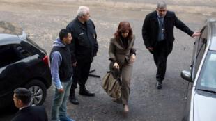 La expresidenta argentina, Cristina Fernández, acudió a la sede de los tribunales el lunes 13 de agosto de 2018 para declarar en torno a los casos de soborno que ocurrieron durante 2003 y 2015.