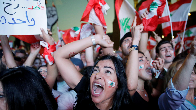 Los manifestantes gritan consignas, mientras se reúnen en la Plaza de los Mártires, durante las continuas protestas antigubernamentales en el centro de Beirut, Líbano, el 3 de noviembre de 2019.