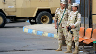 Des soldats égyptiens postés devant un hôpital d'Ismaïlia, où des victimes de l'attentat ayant fait 305 morts vendredi 24 novembre ont été soignées.