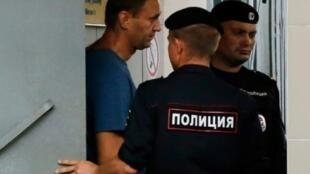 المعارض الروسي أليكسي نافالني مغادرا مفوضية الشرطة بعد اعتقاله في  تموز/ يوليو 2018