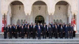 صورة تذكارية للحكومة الجديدة مع الرئيس الباجي قائد السبسي