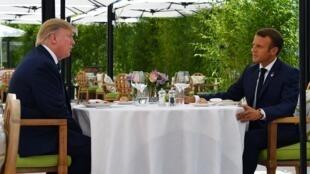 Donald Trump déjeune avec le président français, Emmanuel Macron, à l'hôtel du Palais à Biarritz, le 24 août 2019, premier jour du sommet annuel du G7.