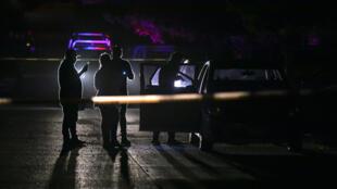 Expertos de la oficina del Fiscal del Estado de Sinaloa trabajan en la escena del crimen donde un hombre fue asesinado a tiros por sicarios del crimen organizado en Culiacán, Estado de Sinaloa, México, el 22 de noviembre de 2019.