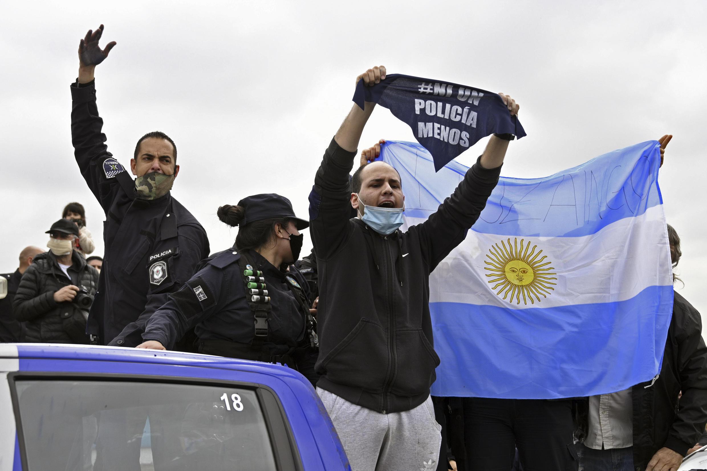 Policías de la provincia de Buenos Aires reclaman aumento de salarios y mejores condiciones de trabajo con consignas y la bandera de Argentina, en La Matanza, el 9 de septiembre de 2020