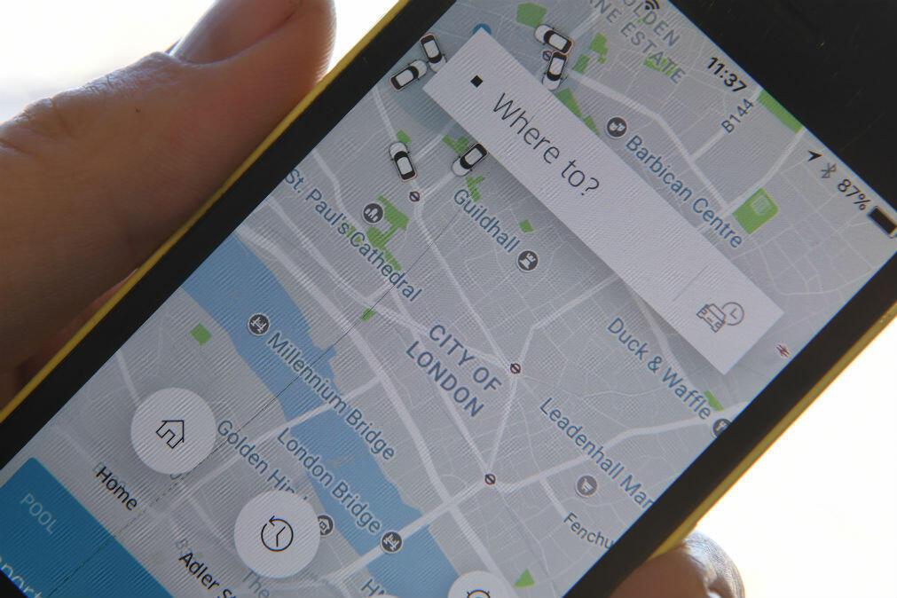 Archivo/Un hombre consulta la aplicación Uber en su teléfono.