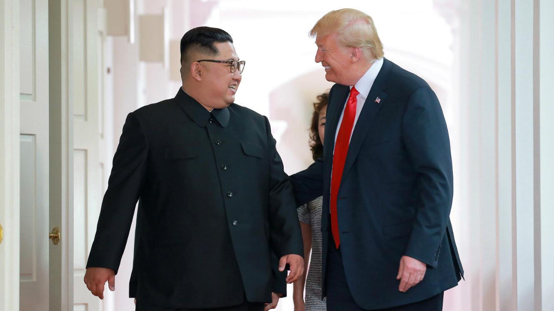 Cette photo de la rencontre entre Kim Jong-un et Donald Trump nous a été offerte par l'agence d'information nord-coréenne KCNA.
