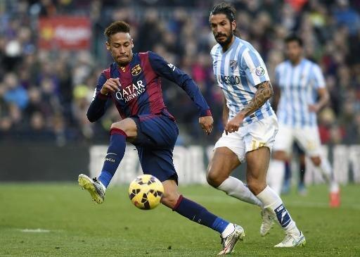 نيمار في صراع على الكرة مع مدافع ملقة ماركوس ألبيرتو أنغيليري