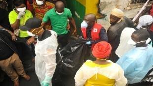 مسعفون ينقلون جثة إحدى الضحايا