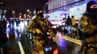قوات الأمن التركية في موقع الاعتداء الإرهابي 01 ك2/يناير 2017