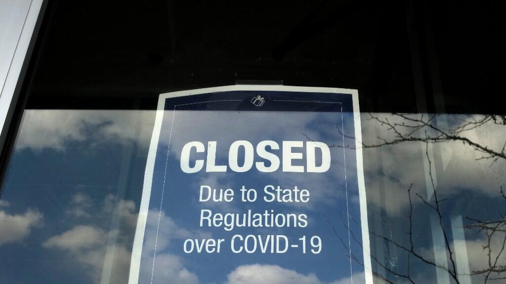 Cartel que indica que una tienda permanece cerrada debido a las restricciones emitidas por el estado de Massachusetts. Fotografía toma en la ciudad de Dedham, el 22 de abril de 2020.