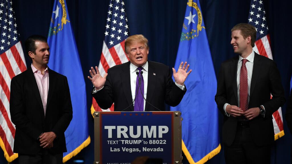En esta foto de archivo el candidato presidencial republicano Donald Trump habla mientras sus hijos Donald Trump Jr. (I) y Eric Trump (D) lo acompañan en el Treasure Island Hotel & Casino en Las Vegas, Nevada, el febrero 23, 2016.
