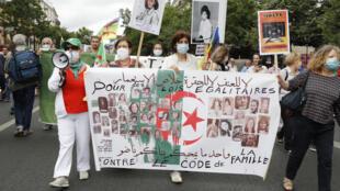 تظاهرة في باريس يوم 5 تموز/يوليو 2020 لدعم حركة الاحتجاج الرئيسية الجزائرية مع الاحتفال بالذكرى السنوية للاستقلال عام 1962 عن فرنسا