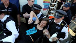 Una activista por el cambio climático mientras era detenida durante una protesta de Exinction Rebellion en el puente de Waterloo, en Londres, el 20 de abril de 2019.