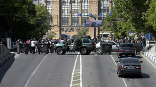 Des partisans de Nikol Pachinian bloquent une route à Erevan, le 2 mai 2018.