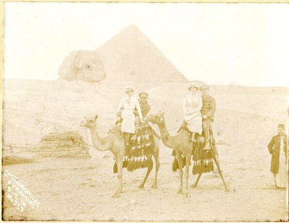 Des soldats canadiens du Newfoundland Regiment, accompagnés par des infirmières, visitent les pyramides d'Égypte en février 1916