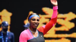 Serena Williams celebra su victoria sobre Laura Siegemund en el partido de la primera ronda del Abierto de Australia, el 8 de febrero de 2021 en Melbourne