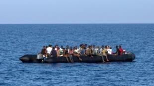 مهاجرون ينتظرون خفر السواحل الإيطالي لإنقادهم قبالة شواطئ ليبيا، 6 آب/أغسطس 2017