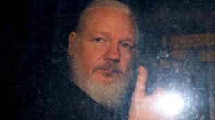 Le fondateur de WikiLeaks Julian Assange alors qu'il quitte un poste de police londonien le 11avril2019.