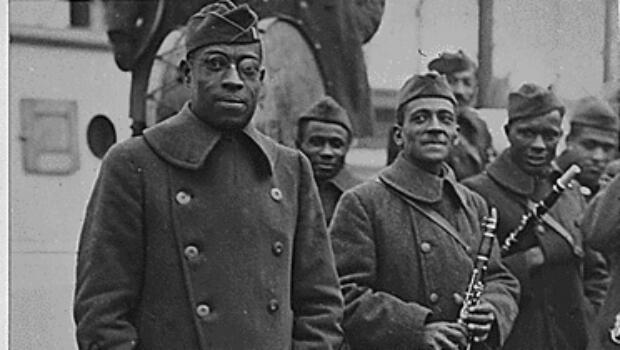 Le célèbre jazzman James Reese Europe, membre du 369e régiment d'infanterie