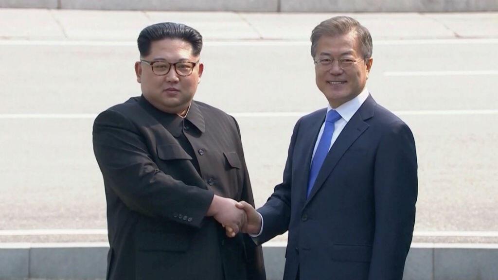El líder de Corea del Norte, Kim Jong-un, y el presidente Corea del Sur, Moon Jae-in, mientras se daban el histórico apretón de manos con el que dieron inicio a la cumbre entre ambas naciones el 27 de abril de 2018.