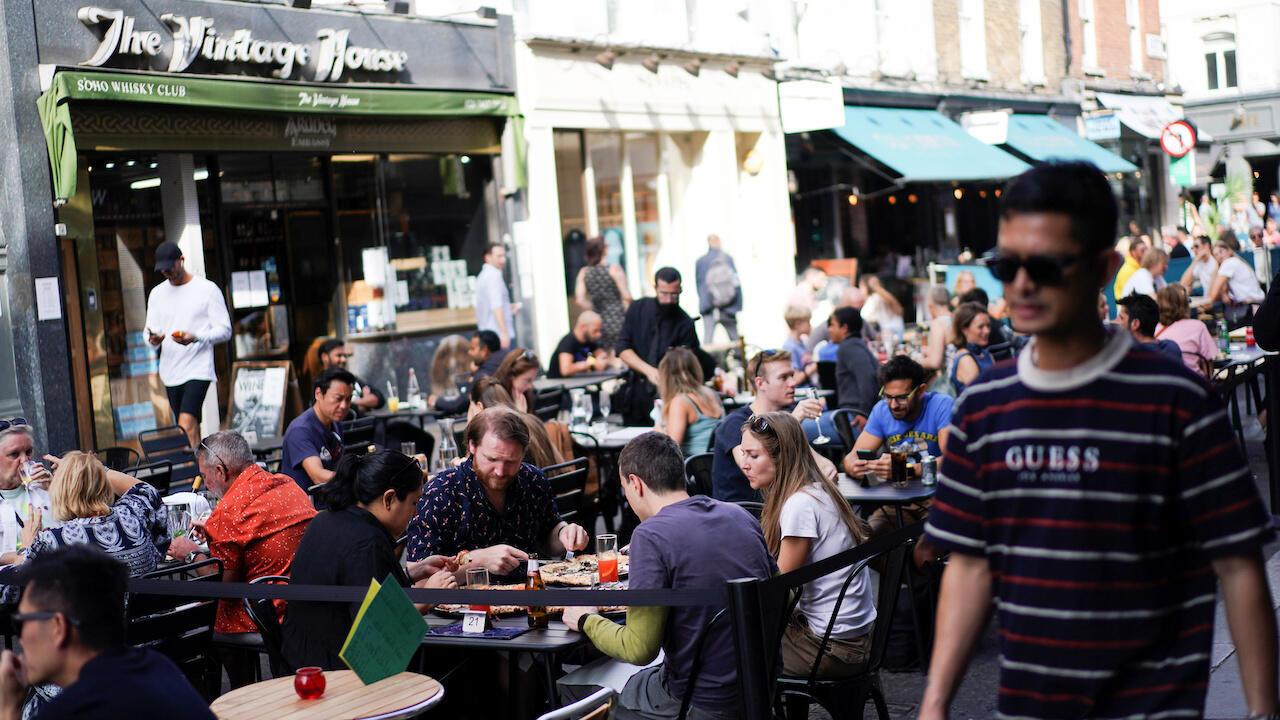 Personas sentadas en las mesas de los restaurantes en Soho, en medio de la pandemia de Covid-19, en Londres, Reino Unido, el 20 de septiembre de 2020.