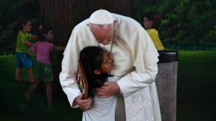 El papa Francisco abraza a una niña de Puerto Maldonado, en el Amazonas peruano, durante su visita al país en enero de 2018, en una imagen de archivo