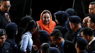 Rosmah Mansor est escortée par la police à son arrivée au tribunal de Kuala Lumpur, en Malaisie, le 4 octobre 2018.