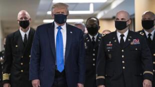 الرئيس الأميركي دونالد ترامب خلال زيارة لمركز طبي في مدينة بيثيسدا بولاية ميريلاند الأميركية في 11 تموز/يوليو 2020