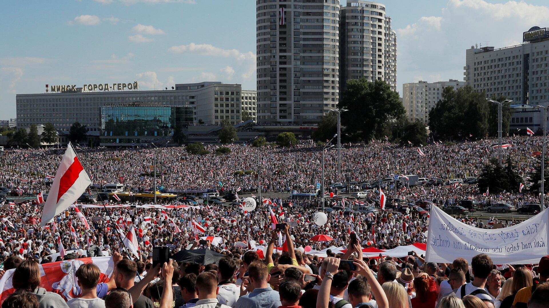 Miles de personas se manifiestan en las calles de la capital bielorrusa, Minsk, contra los resultados de las elecciones presidenciales en las que el presidente Alexander Lukashenko declaró la victoria en un sexto mandato, el 16 de agosto de 2020.