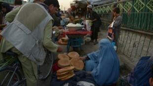 بائعة خبز في أحد شوارع مزار شريف