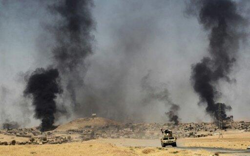 """تصاعد الدخان من بلدة العياضية شمال تلعفر، مع تقدم القوات العراقية في عمليتها لاستعادة المنطقة من تنظيم """"الدولة الإسلامية""""، 28 آب/أغسطس 2017"""