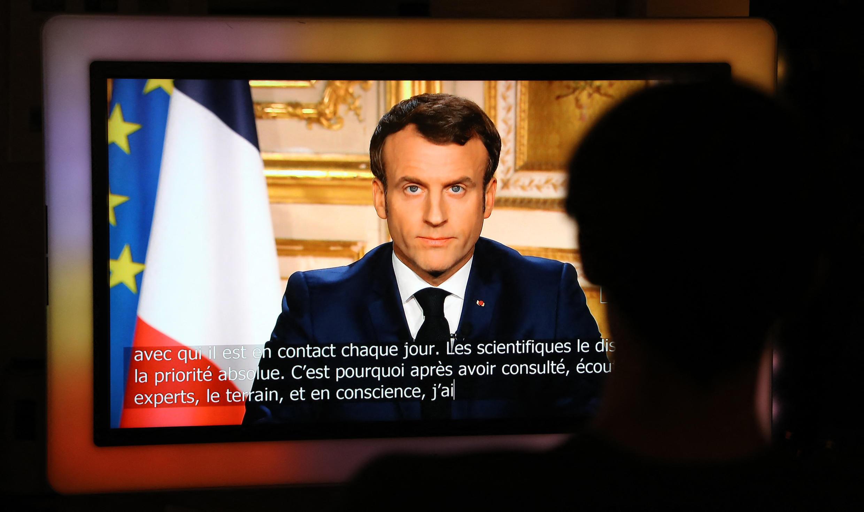 """Sur un ton solennel, Emmanuel Macron annonce à la télévision le 16 mars 2020 que la France est en guerre. """"Nous ne luttons contre aucune armée, ni contre une autre nation, précise le chef de l'Etat sur un ton solennel, mais l'ennemi est là, invisible, insaisissable, qui progresse."""" Pour endiguer l'épidémie, il instaure le confinement qui entre en vigueur le 17 mars, à 12h."""