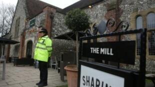 """شرطي يقف أمام حانة """"ذي ميل"""" في سالزبري بجنوب إنكلترا بتاريخ 11 آذار/مارس 2018"""