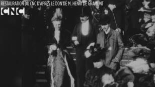Marcel Proust, à droite en redingote grise et chapeau melon, dans le film d'un cortège nuptial en 1904.
