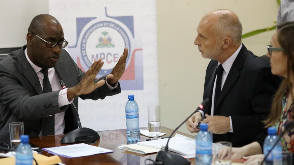 El ministro de Planeación y Cooperación Externa de Haití, Aviol Fleurant, habla con funcionarios de Oxfam el 22 de febrero de 2018 en Puerto Príncipe, Haití.