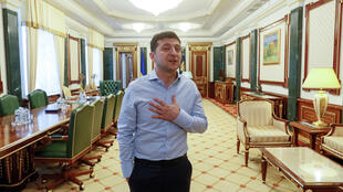 El presidente de Ucrania, Volodímir Zelenski, es visto en su oficina en el edificio de la Administración Presidencial en Kiev, Ucrania, el 19 de junio de 2019.