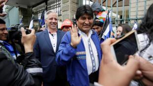 El presidente de Bolivia, Evo Morales, y el vicepresidente, Álvaro García Linera, después de registrarse como candidatos en las primarias bolivianas, en La Paz, Bolivia, el 28 de noviembre de 2018.