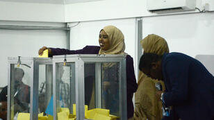 نواب في البرلمان الصومالي يدلون بأصواتهم لانتخاب الرئيس في 8 شباط/فبراير 2017