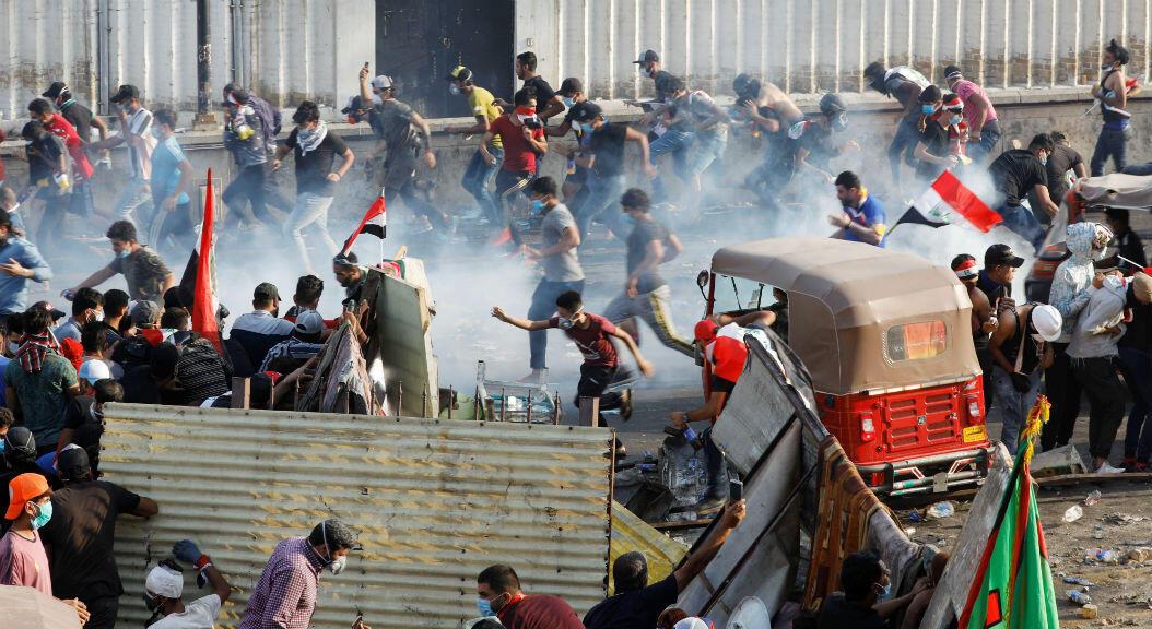 Manifestantes se enfrentan a la fuerza pública, en Bagdad, Irak, el 28 de octubre de 2019.