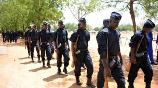 Des officiers burkinabè défilent le 2 juin 2016 en l'honneur de trois de leurs confrères tués près de la frontière avec le Mali.