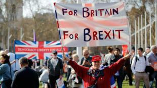 Des manifestants pro-Brexit rassemblés devant la Chambre des communes avant le troisième rejet de l'accord de retrait de l'Union européenne par les députés britanniques.