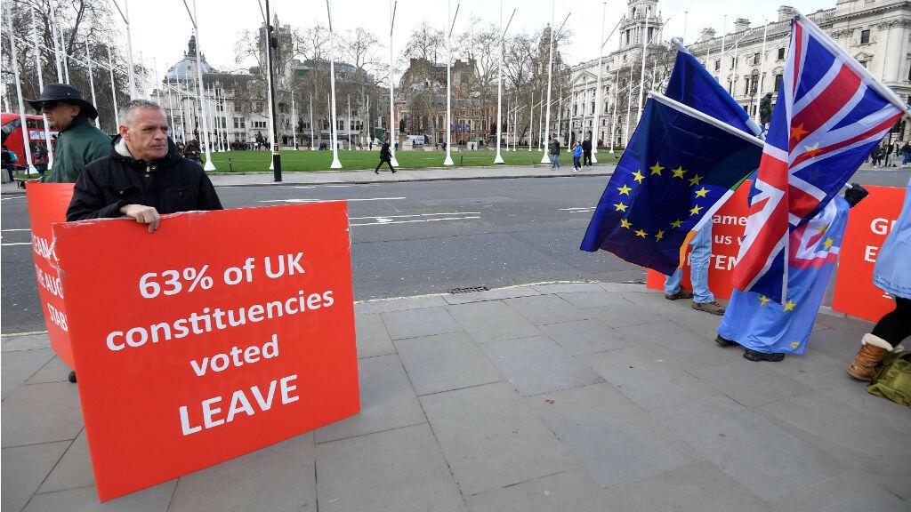 Los manifestantes pro- Brexit y anti-Brexit se reunen a las afueras del Parlamento.