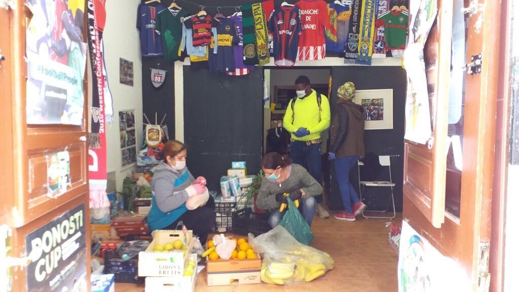 Imagen sin fecha que muestra a vecinos del centro de Madrid durante un voluntariado para recoger alimentos para familias necesitadas durante la crisis por Covid-19. Madrid, España.