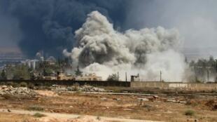 تصاعد الدخان جراء غارة لقوات النظام السوري في حلب في 18 آب/أغسطس 2016