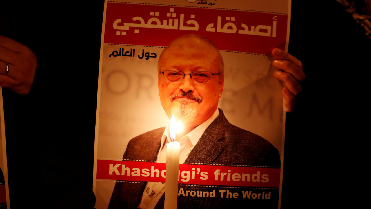 Un manifestante sostiene un cartel con la imagen del periodista saudita Jamal Khashoggi en Estambul, Turquía, el 25 de octubre de 2018.