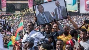 Le Premier ministre éthiopien Abiy Ahmed saluait la foule rassemblée sur la place Meskel, quand l'explosion d'une grenade a retenti, le 23 juin 2018.