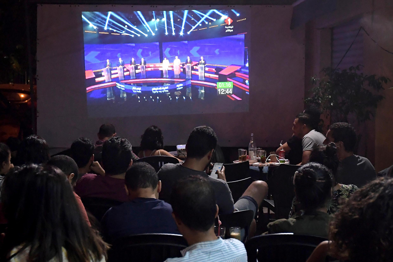 Des Tunisois regardent le débat télévisé avec huit des présidentiables, dans un café à Tunis, le 7 septembre 2019.