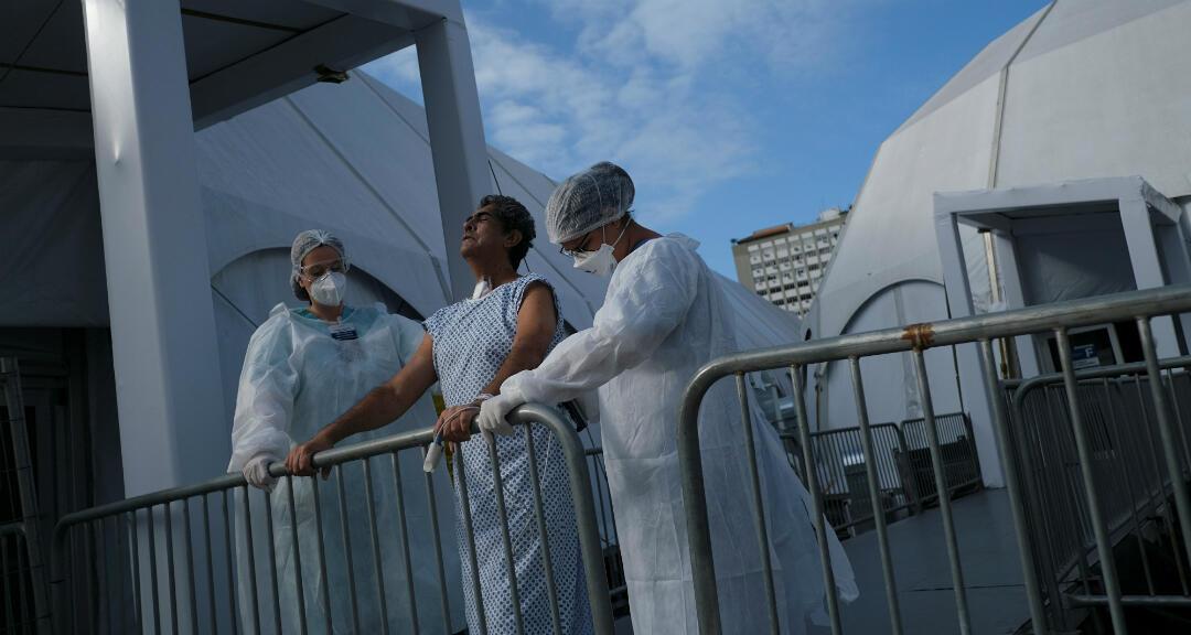 Un grupo especializado en la atención de fisioterapia móvil trabaja en la UCI del hospital de campaña de Lagoa-Barra para pacientes con Covid-19 en la UCI, en Río de Janeiro, Brasil, el 2 de julio de 2020.