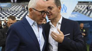 Le président de l'Olympique de Marseille, Jacques-Henri Eyraud, s'entretient avec le propriétaire du club, l'Américain Frank McCourt, à la fin du match de L1 contre Montpellier, le 24 mai 2019 au stade Vélodrome