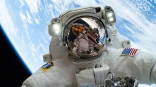 L'astronaute Mike Hopkins lors d'une sortie dans l'espace, le 24 décembre 2013.